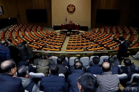[사진]파행 속 국회, 본회의장 바라보는 방청객