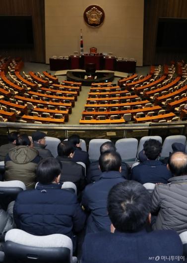 [사진]텅빈 국회 본회의장 바라보는 방청객