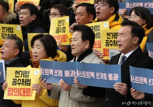 [사진]한국당 규탄하는 야3당 대표
