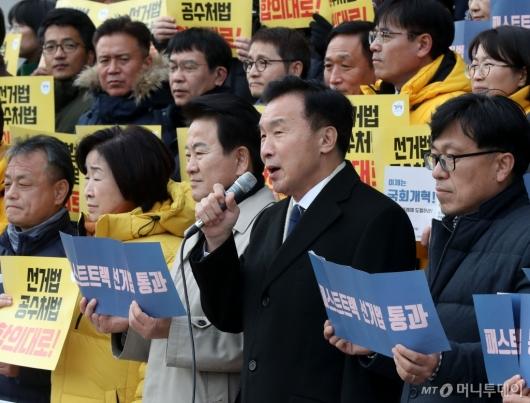 [사진]한국당 규탄하는 손학규 대표