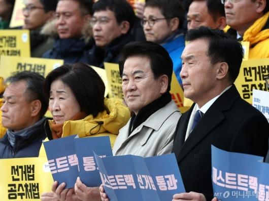 [사진]굳은 얼굴의 야3당 대표
