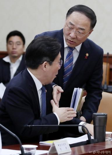 [사진]인사 나누는 홍남기-성윤모