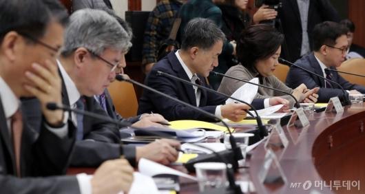[사진]모두발언 경청하는 박능후 장관