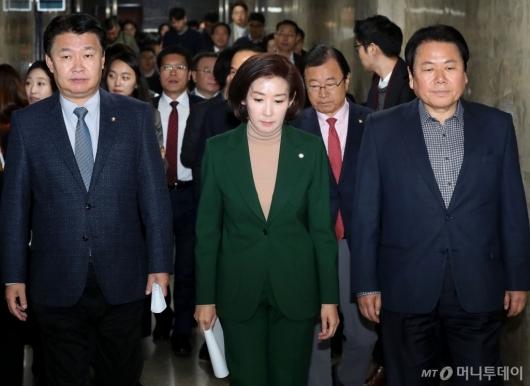 [사진]의원총회 참석하는 나경원 원내대표