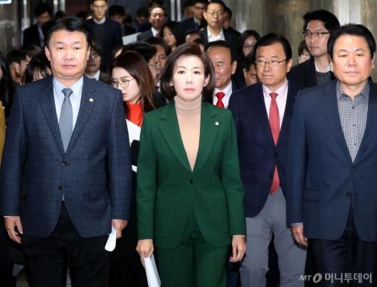 [사진]나경원, 의원총회 참석
