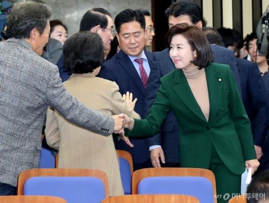[사진]의원들과 인사하는 나경원 원내대표