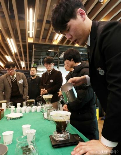 [사진]정성들여 내려보는 커피