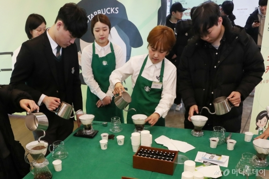 [사진]커피 내려보는 미래의 바리스타들