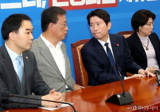 [사진]의견 나누는 이인영-유성엽