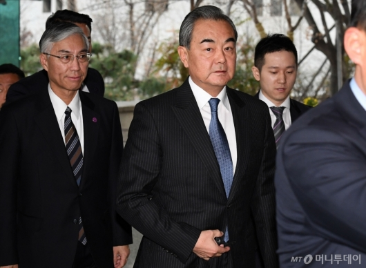 [사진]외교부 들어서는 왕이 외교부장