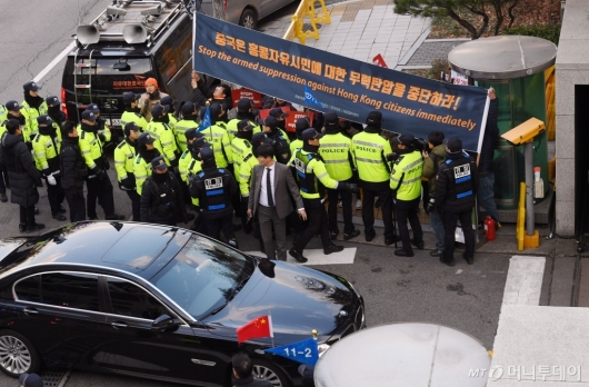 [사진]외교부 들어서는 왕이 中 외교부장 탑승 차량