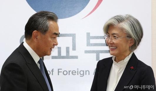 [사진]강경화 장관 예방한 왕이 중 외교부장