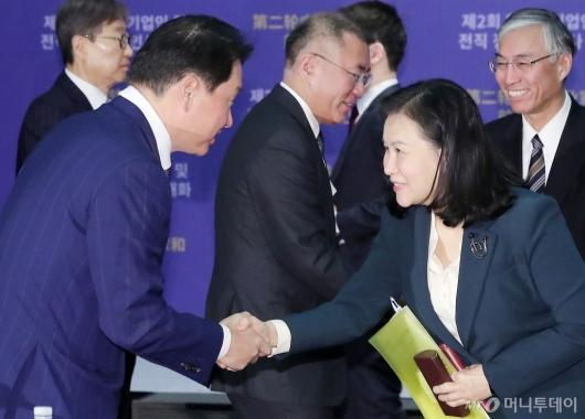 [사진]인사 나누는 최태원 회장-유명희 통상교섭본부장