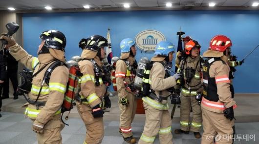 [사진]국회 정론관에 출동한 소방관