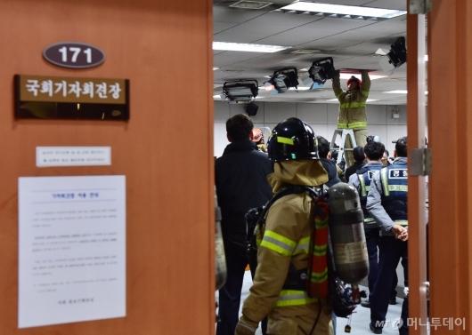 [사진]국회 기자회견장 출동한 소방관