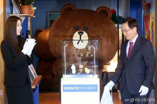 [사진]브라운앤프렌즈 기념메달 공개하는 조용만-손담비