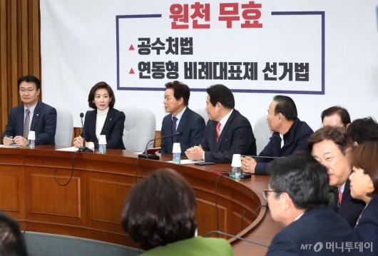 [사진]의원들과 대화하는 나경원 원내대표