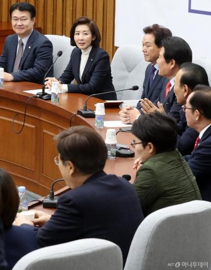 [사진]원내대책회의 주재하는 나경원