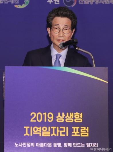[사진]개회사하는 이목희 부위원장