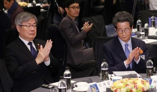 [사진]박수치는 이재갑 장관-이목희 부위원장