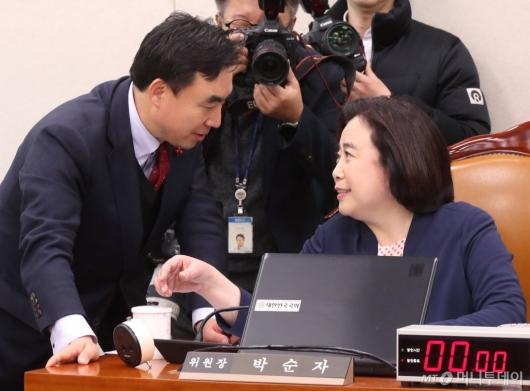 [사진]대화하는 박순자-윤관석