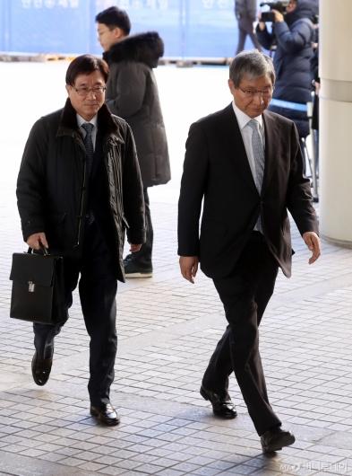 [사진]변호인과 법정 향하는 장충기