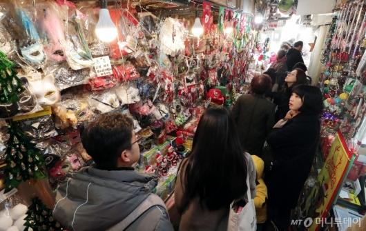 [사진]'크리스마스 준비하는 시민들'