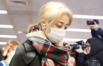 트와이스 지효, 입국중 팬들과 충돌…'눈물'