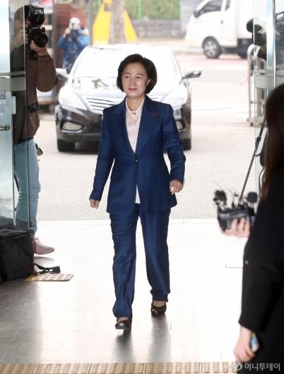 [사진]첫 출근하는 추미애 법무부 장관 후보자