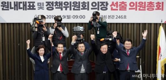 [사진]자유한국당 신임 원내대표 심재철 선출