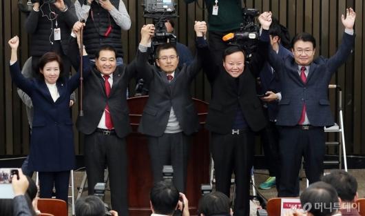 [사진]신임 원내대표와 손 잡은 황교안 대표