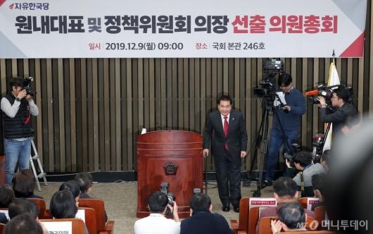 [사진]인사하는 자유한국당 신임 원내대표 심재철