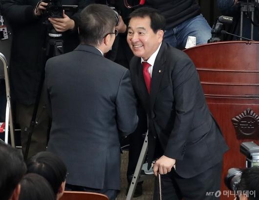 [사진]황교안 대표와 악수하는 심재철 신임 원내대표