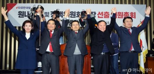 [사진]황교안 대표와 손 잡은 심재철-김재원