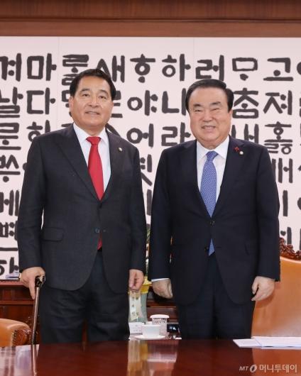 [사진]기념촬영하는 문희상 의장-심재철 신임 원내대표
