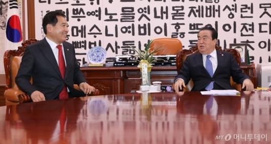 [사진]대화 나누는 문희상 의장-심재철 신임 원내대표