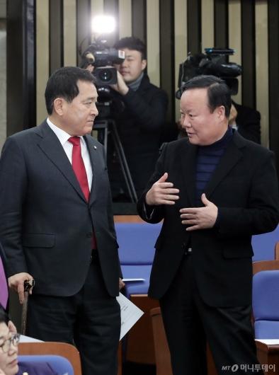[사진]의총 참석하는 심재철-김재원