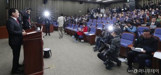 [사진]의총 주재하는 심재철 원내대표