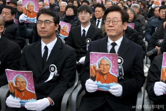 [사진]故 오종렬 의장 영결식 참석한 이재명-오동규