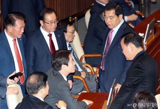 [사진]이야기하는 이인영 원내대표-자유한국당