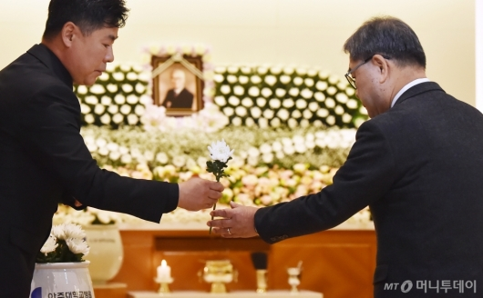 [사진]故 김우중 전 회장 빈소 찾은 이재정 경기교육감