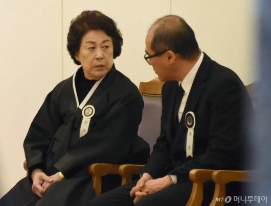 [사진]대화하는 고 김우중 전 회장 장남과 미망인