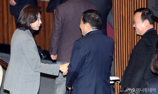 [사진]심재철-김재원과 인사하는 나경원