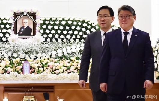 [사진]주호영-조원진, 故 김우중 전 회장 빈소 조문