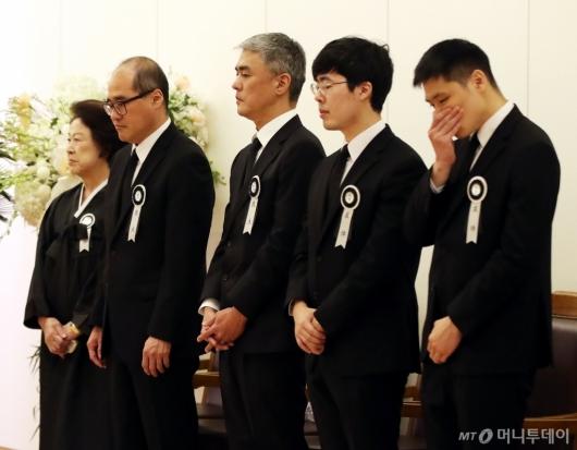 [사진]조문객 맞는 고 김우중 회장 유족들