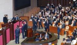 '512.3조' 예산안, 진통 속 의결…한국당 미니 필리버스터 반발