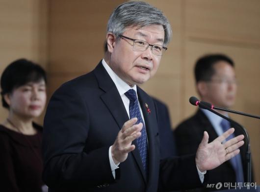 [사진]'주 52시간 보완대책' 발표하는 이재갑 장관