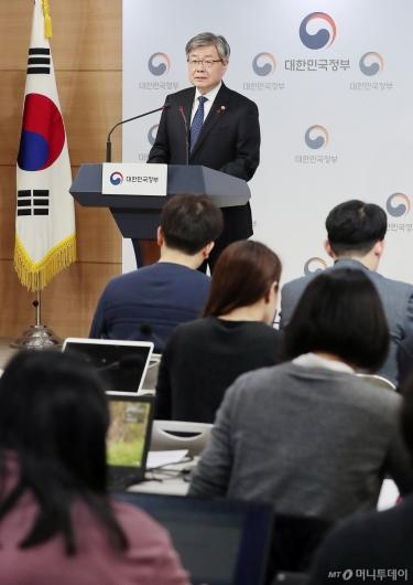[사진]주52시간 대책 발표하는 이재갑 장관