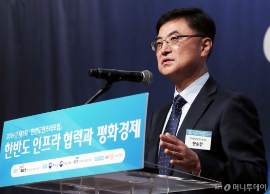 [사진]개회사 하는 한승헌 원장