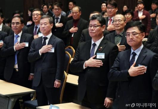 [사진]국민의례하는 홍선근 회장-김연철 장관